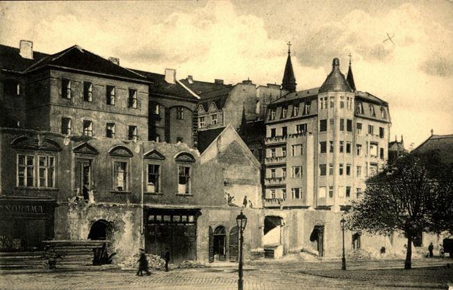 1913- ban kezdődött meg a régi budapesti piarista rendház Városház téri szárnyának bontása.
