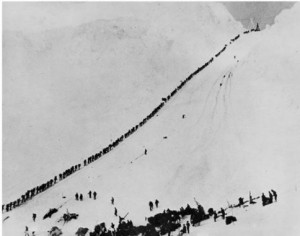 Aranyásók menetelése Dawson City felé a Klondike-i aranyláz idején (1898)