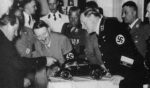 Ferdinand Porsche épp Adolf Hitlernek mutatja be a Bogarat (1930)
