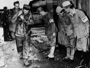 Japán őrök meghaljása a Yokohama fogolytáborban az szabadon engedett amerikai katonák előtt 1945-ben