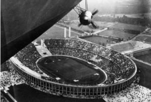 A Hindeburg az olimpiai stadion felett  1936-ban
