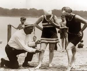 Néhány milliméter, és a nőket kitiltották a strandról