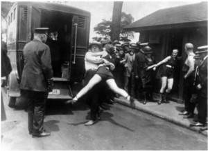 1922-ben letartóztatnak egy bikiniben mutatkozó nőt