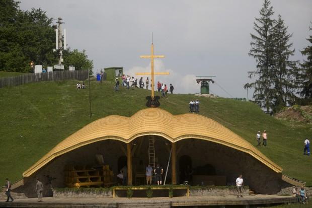 Csíksomlyó, 2015. május 22. A felújított Hármashalom-oltár Csíksomlyón 2015. május 22-én. A magyar kormány húszmillió forinttal támogatta a csíksomlyói kegyhely megújítását. MTI Fotó: Haáz Sándor