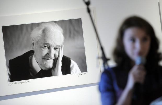 Budapest, 2015. június 20. Ugron Zsolna író, újságíró Kányádi Sándor költõ portréja elõtt Kaiser Ottó fotómûvész Kultúr-portrék Erdélybõl címû fotókiállításának megnyitóján a Várkert Bazárban 2015 június 20-án. MTI Fotó: Máthé Zoltán