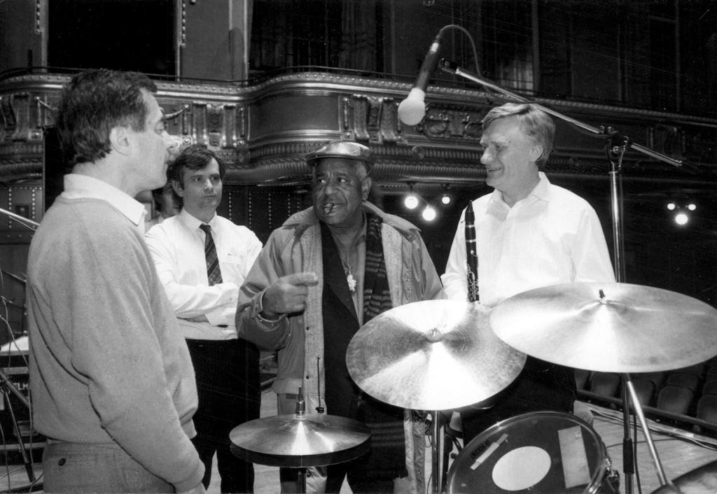 Dizzy Gillespie, az amerikai jazz egyik-legnagyobb sztárja Benkóékkal a Liszt-Ferenc Zeneakadémián a koncert előtti beálló-próbán. Fotó: Facebook.com