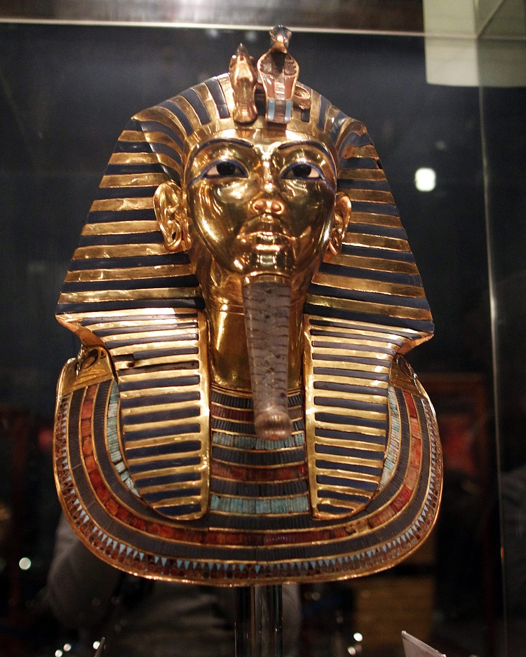Kairó, 2015. december 16. Tutanhamon fáraó halotti maszkja a kairói Egyiptomi Múzeumban 2015. december 16-án. A maszk egy nyolchetes restaurálási precedúrát követõen került újra vissza a múzeumba. (MTI/EPA/Haled el-Fiki)