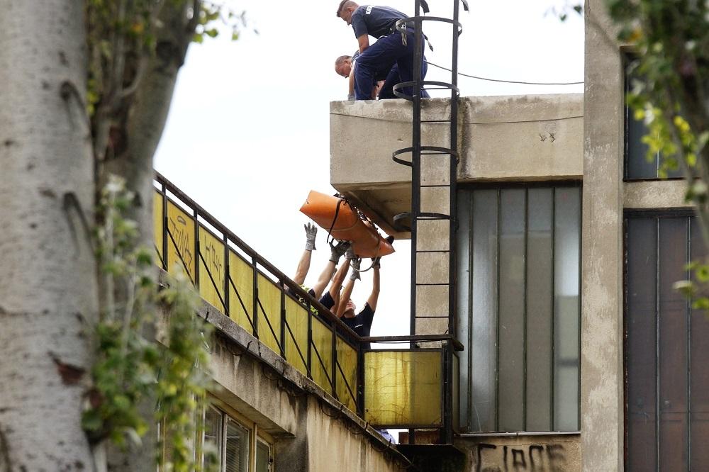 Budapest, 2016. július 6. Rendõrök és katasztrófavédõk viszik le a Ligetvédõk nevû civil mozgalom egyik aktivistáját az egyik épület tetejérõl a városligeti Hungexpo irodaházaknál 2016. július 6-án. Az épületek bontását megkezdték, a hatóságok kiürítették a Liget Budapest projekt ellen tiltakozó aktivisták által elfoglalt területet. MTI Fotó: Balogh Zoltán