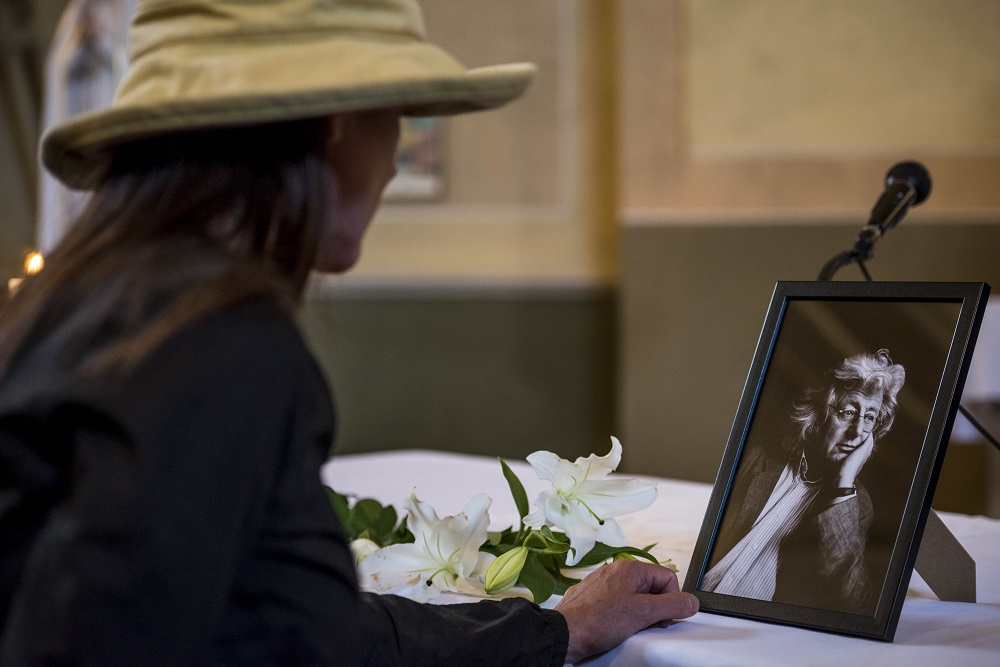 Ganna, 2016. augusztus 2. Egy gyászoló Esterházy Péter temetése után a Veszprém megyei Gannán, a Szent Kereszt Felmagasztalása plébániatemplomban 2016. augusztus 2-án. A Kossuth-díjas író 66 éves korában, július 14-én hunyt el. MTI Fotó: Bodnár Boglárka