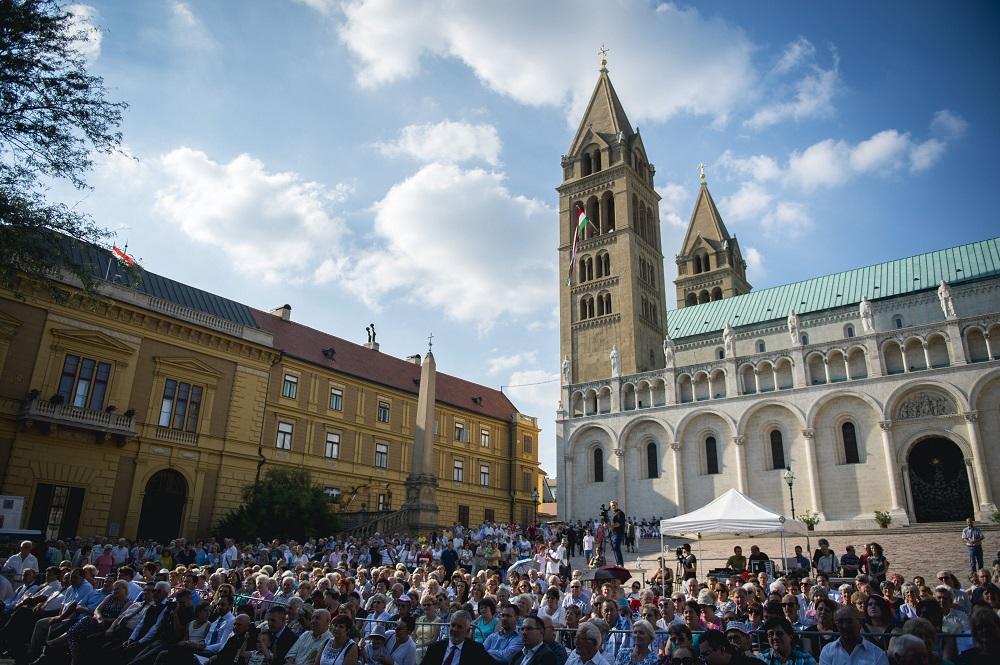Pécs, 2016. augusztus 20. A Magyarok kenyere program ünnepsége a pécsi Dóm téren 2016. augusztus 20-án, a nemzeti ünnepen. MTI Fotó: Sóki Tamás