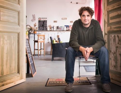 """""""Amíg a regényt írtam, közelebb kerültem ezekhez az emberekhez"""" – Interjú Totth Benedekkel"""